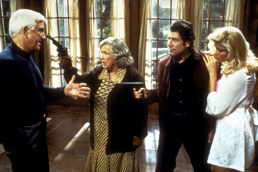 Das Gangstertrio, Rocco (Fred Ward, 2.v.r.), seine Freundin Tanya (Anna Nicole Smith, r.) und seine Mutter Muriel (Kathleen Freeman, 2.v.l.) kommen... - Bildquelle: Paramount Pictures