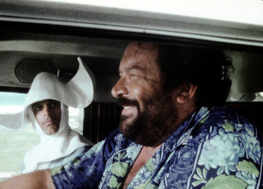 Charlie (Bud Spencer, r.) macht sich über das Kostüm seines Halbbruders Johnny (Terence Hill, l.) lustig, was dieser wiederum nicht zum Lachen fin... - Bildquelle: Columbia Pictures
