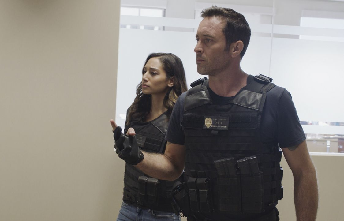Tani Rey (Meaghan Rath, l.); Steve McGarrett (Alex O'Loughlin, r.) - Bildquelle: 2019 CBS Broadcasting, Inc. All Rights Reserved