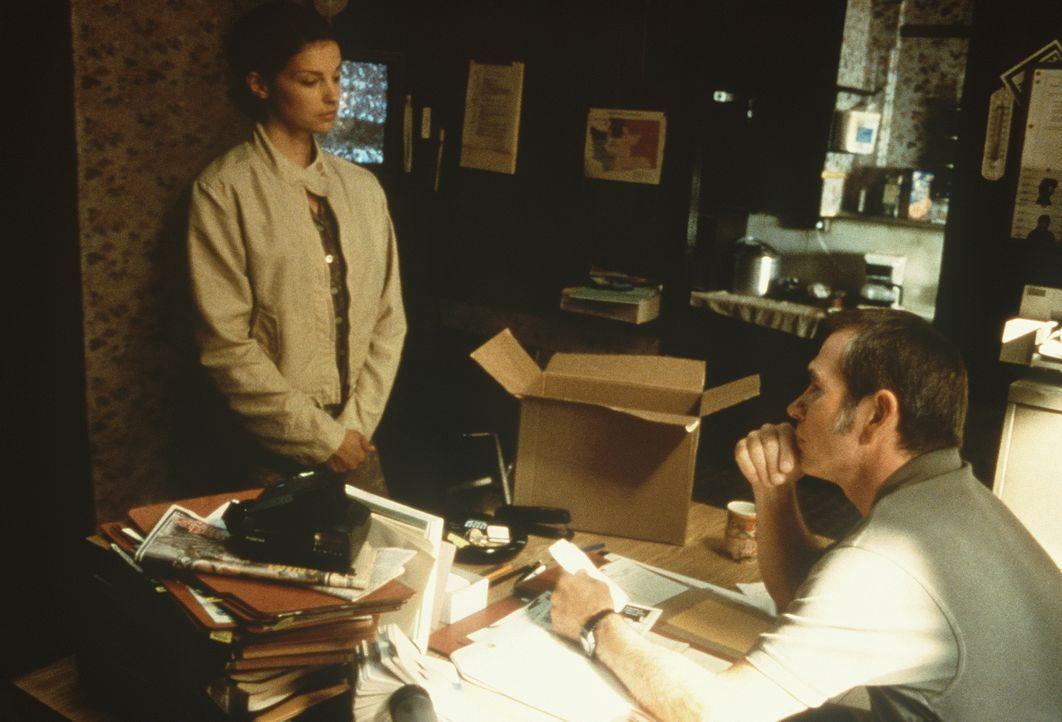 Erst als die unschuldig verurteilte Libby (Ashley Judd, l.) Unterstützung durch ihren Bewährungshelfer Travis (Tommy Lee Jones, r.) erhält, kommt si... - Bildquelle: Paramount Pictures