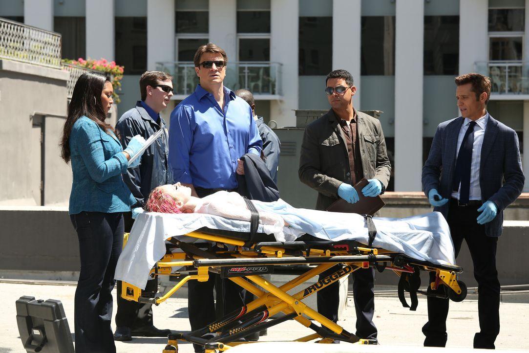 In einem Wassertank wird die Leiche einer jungen Frau gefunden. Lanie Parish (Tamala Jones, l.), Castle (Nathan Fillion. 3.v.l.), Esposito (Jon Huer... - Bildquelle: ABC Studios