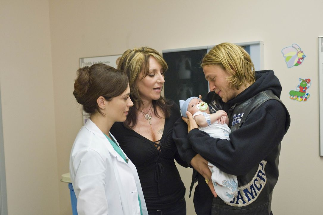 Gemma (Katey Sagal, M.) begleitet Jax (Charlie Hunnam, r.) ins Krankenhaus, wo Tara (Maggie Siff, l.) ihm zum ersten Mal seinen Sohn in die Arme legt. - Bildquelle: 2008 FX Networks, LLC. All rights reserved.