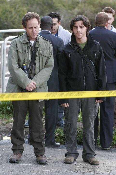Während Larry (Peter MacNicol, r.) und Charlie (David Krumholtz, l.) eine Wanderung machen, stoßen sie auf einen toten Studenten, der offensichtli... - Bildquelle: Paramount Network Television