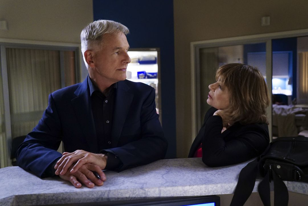 Müssen sich mit den Veränderungen im Team auseinandersetzen: Gibbs (Mark Harmon, l.) und Dr. Grace Confalon (Laura San Giacomo, r.) ... - Bildquelle: Sonja Flemming 2016 CBS Broadcasting, Inc. All Rights Reserved / Sonja Flemming