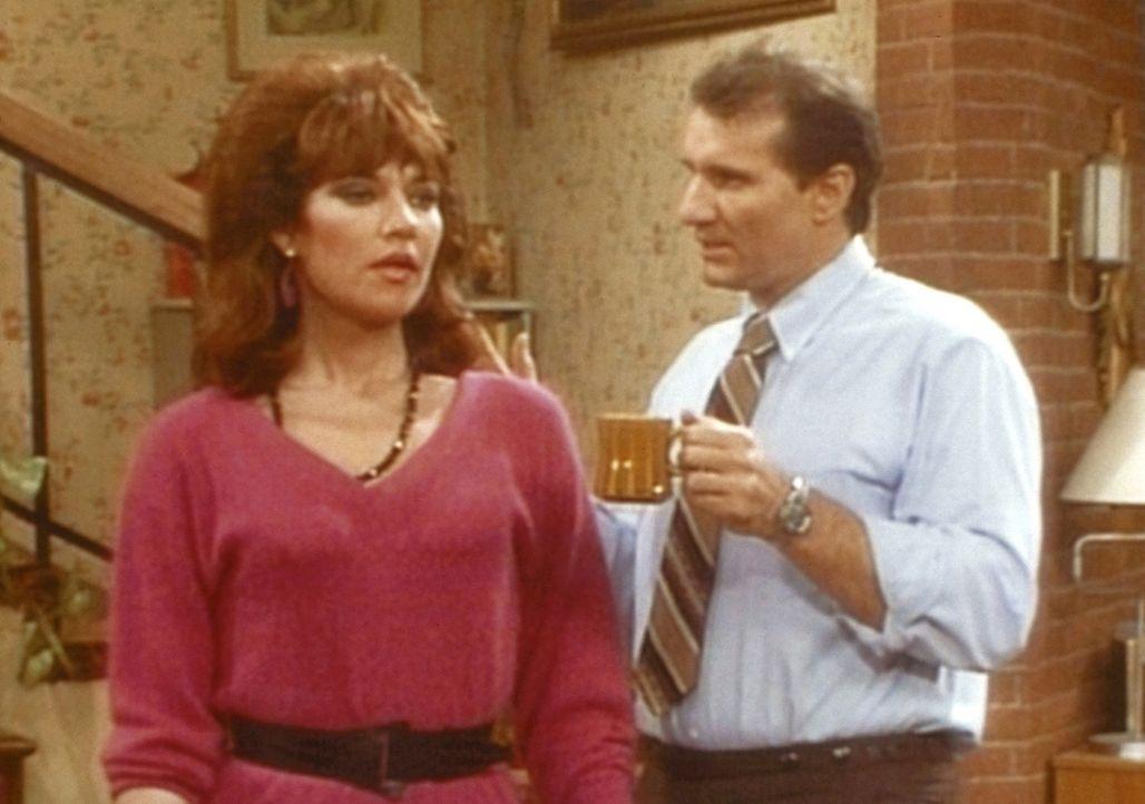 Al (Ed O'Neil, r.) kann sich hämische Kommentare nicht verkneifen, als Peggy (Katey Sagal, l.) ihren ersten Arbeitstag hat. - Bildquelle: Columbia Pictures