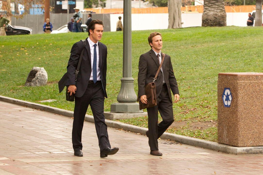 Gemeinsam versuchen Peter Bash (Mark-Paul Gosselaar, l.) und Jared Franklin (Breckin Meyer, r.) die attraktive Isabella, der vorgeworfen wird, ihren... - Bildquelle: 2011 Sony Pictures Television Inc. All Rights Reserved.