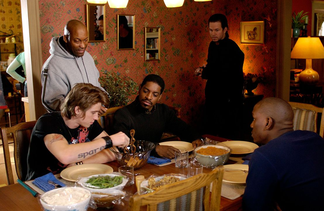 Der Regisseur John Singleton, 2.v.l. erteilt seinen Darstellern letzte Anweisungen: (v.l.n.r.) Garrett Hedlund, Andre Benjamin, Mark Wahlberg und Ty... - Bildquelle: TM &   2006 Paramount Pictures. All Rights Reserved.