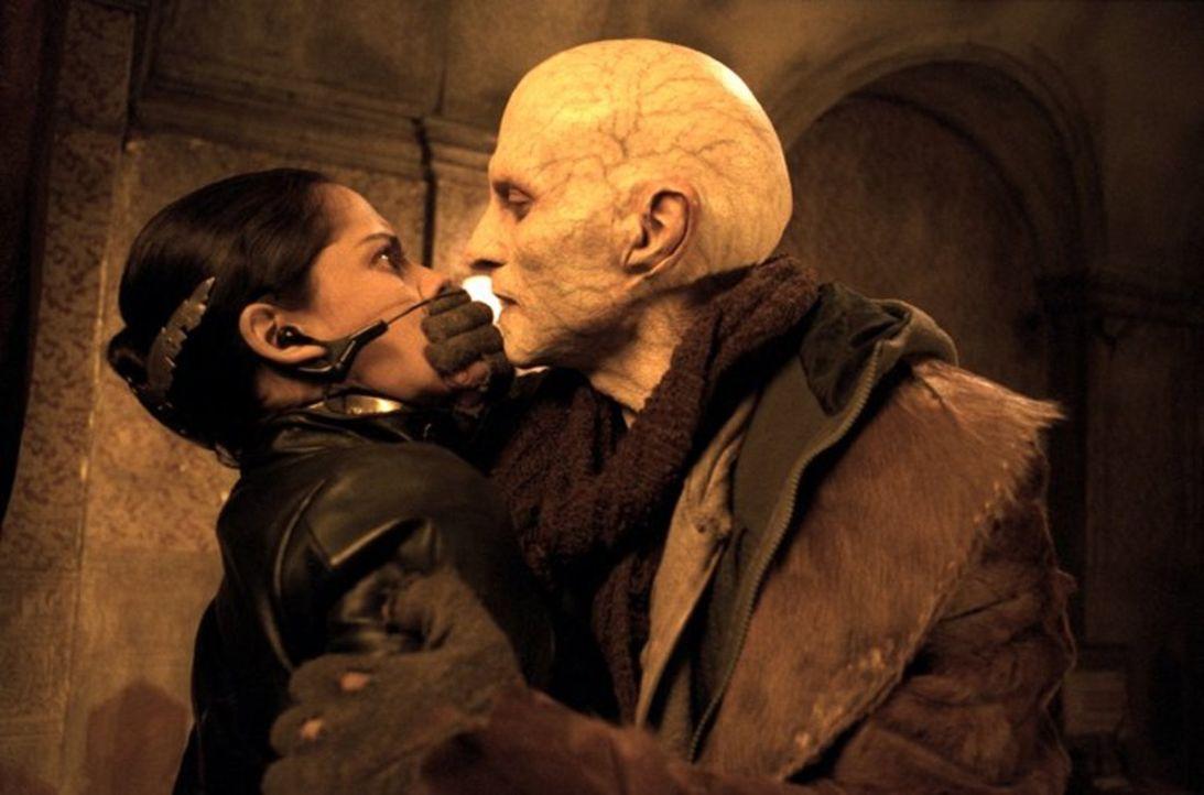 Als es dem größenwahnsinnigen Nomak (Luke Goss, r.) gelingt, Nyssa (Leonor Varela, l.) in seine Gewalt zu bringen, schlägt Vampirjäger Blade eiskalt... - Bildquelle: New Line Cinema