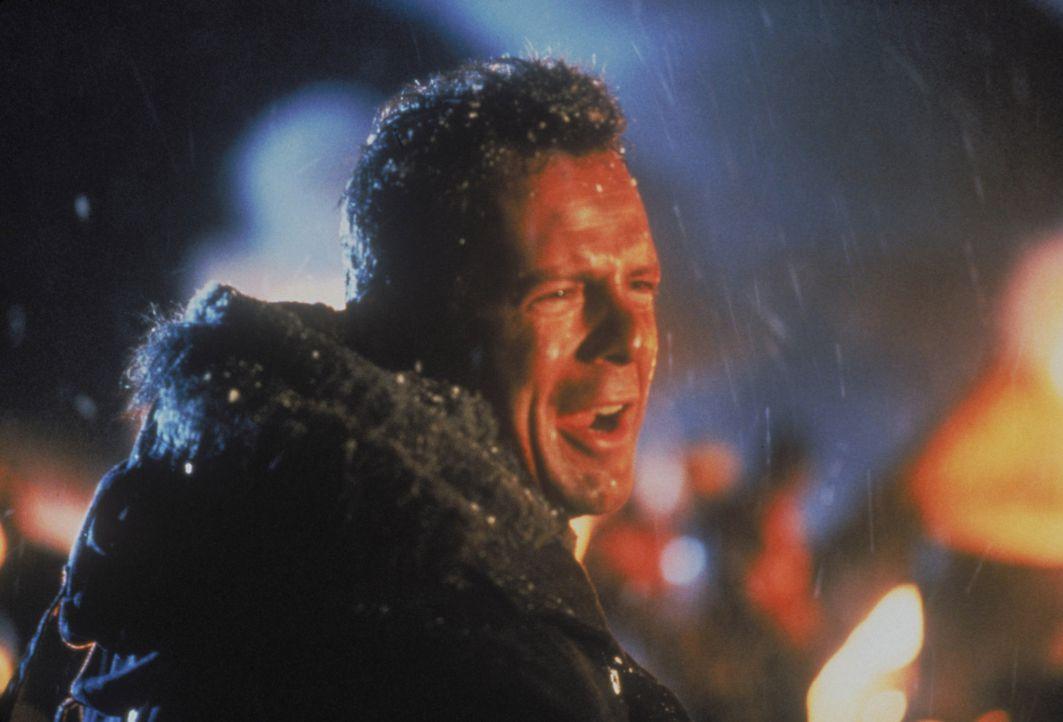 Als der Colonel Stuart mit seinem Terrorkommando den Airport von Washington besetzt, bemerkt nur der Polizist McLane (Bruce Willis), der seine Frau... - Bildquelle: 1990 Twentieth Century Fox Film Corporation.  All rights reserved.