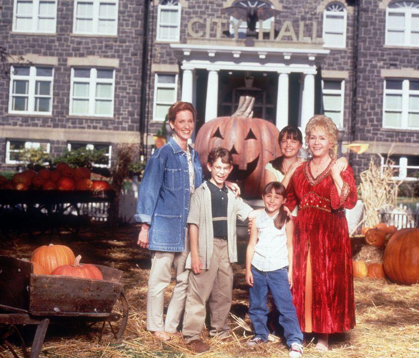 In der Familie Cromwell Piper sind alle Frauen wahre Hexen: Gwen (Judith Hoag, l.), Aggie (Debbie Reynolds, r.), Marnie (Kimberly J. Brown, 2.v.r.),... - Bildquelle: Disney