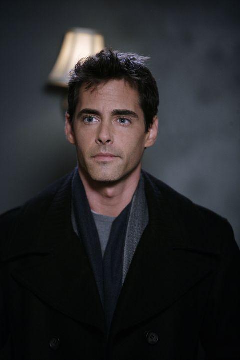 Brian (Adam Kaufman) ist der leibliche Vater von Samanthas Sohn. Er ist etwas irritiert, als ihm ein fremder Mann mit seinem Sohn im Arm gegenüberst... - Bildquelle: Warner Bros. Entertainment Inc.
