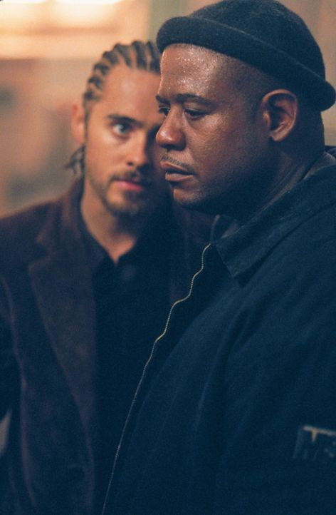 Als Burnham (Forest Whitaker, r.) erfährt, dass sich Personen in dem Haus befinden, will er den Einbruch nicht weiter durchführen. Junior (Jared L... - Bildquelle: 2003 Sony Pictures Television International. All Rights Reserved