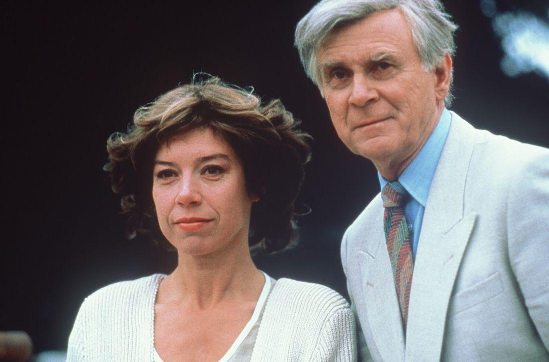 Die altjüngferliche Psychologin Margarethe (Evelyn Hamann, l.) und das ewige Muttersöhnchen Paul (Loriot, r.) verlieben sich ineinander - doch die... - Bildquelle: Tobis Filmkunst