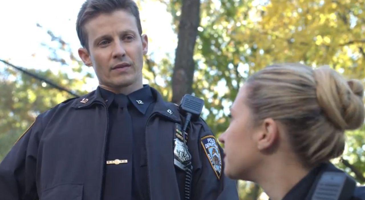 Schonend versuchen Jamie (Will Estes, l.) und Janko (Vanessa Ray, r.) einem verstörten Mädchen die Wahrheit über ihren Vater beizubringen. Wenig spä... - Bildquelle: 2015 CBS Broadcasting Inc. All Rights Reserved.