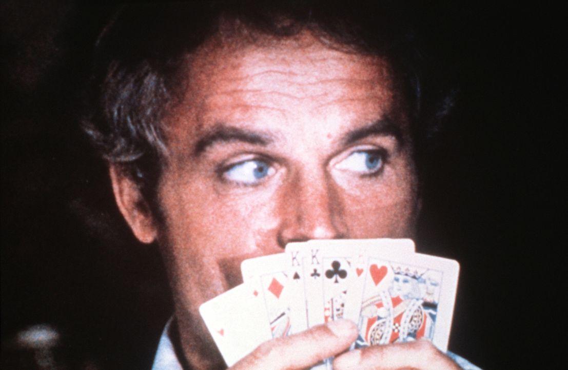 Johnny (Terence Hill) verfügt über ein fotografisches Gedächtnis, was ihm beim Glücksspiel sehr zu Gute kommt ... - Bildquelle: Columbia Pictures