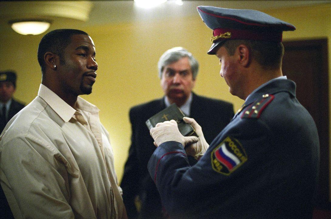 Nichtsahnend gerät Schwergewichtsboxer George Chambers (Michael Jai White, l.) in eine Polizeikontrolle und landet kurz darauf im härtesten Gefängni... - Bildquelle: Nu Image Films