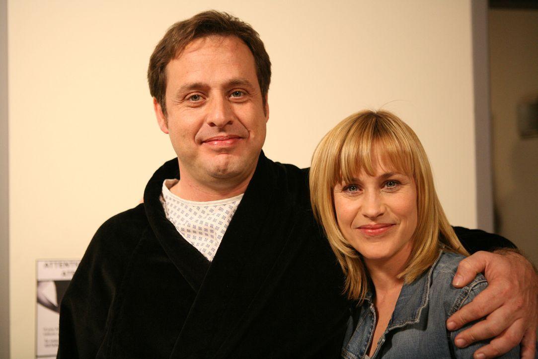 Patricia Arquette (r.) und ihr Bruder Richmond (l.), der eine Gastrolle in der Serie hat, am Set ... - Bildquelle: Paramount Network Television