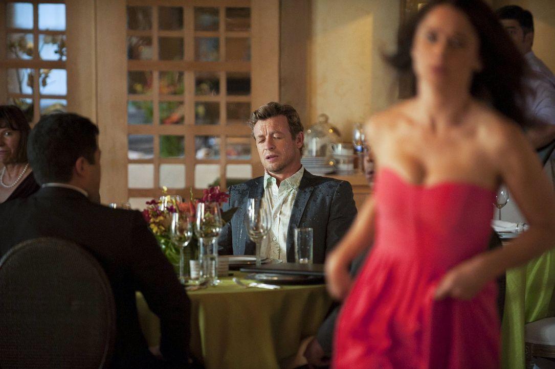 Der Abend nimmt einen ungeplanten Verlauf: Nachdem die wütende Lisbon (Robin Tunney, r.) Jane (Simon Baker, M.) ein Glas Wasser ins Gesicht gekippt... - Bildquelle: Warner Bros. Television