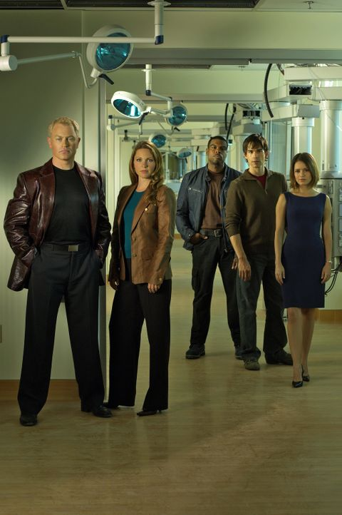 (1. Staffel) - Im Auftrag der Gesundheit unterwegs: Dr. Stephen Connor (Neal McDonough, l.), Dr. Natalie Durant (Kelli Williams, 2.v.l.), Frank Powe... - Bildquelle: CBS Television