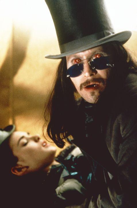 Die Schöne und das Biest: Mina (Winona Ryder, l.) gibt sich dem Grafen Dracula (Gary Oldman, r.) hin ... - Bildquelle: Columbia Pictures