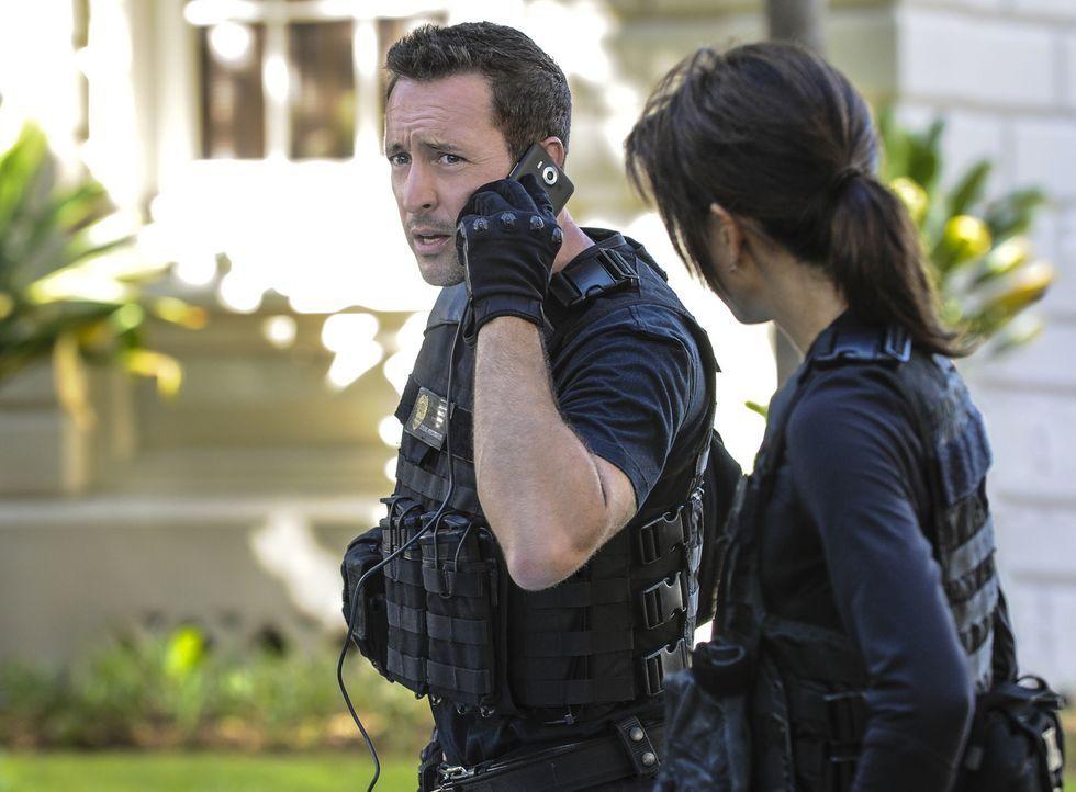 Als Steve (Alex O'Loughlin l.) und Kono (Grace Park, r.) erfahren, dass mehrere Waffen von einem Schießstand entwendet wurden, ist Vorsicht geboten... - Bildquelle: Norman Shapiro 2016 CBS Broadcasting, Inc. All Rights Reserved