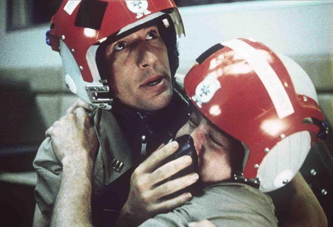 Schon früh hat Zack Mayo (Richard Gere, l.) gelernt, sich als Einzelgänger zu behaupten, doch bei seiner Ausbildung zum Marineoffizier muss er auc... - Bildquelle: Paramount Pictures