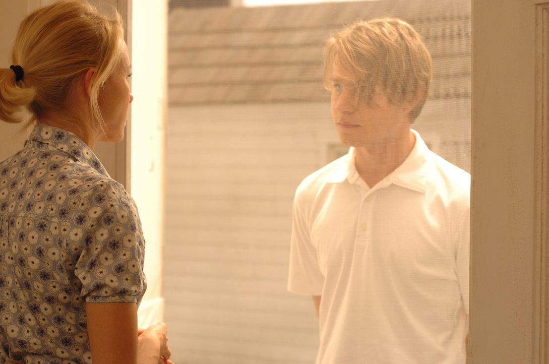 Das Spiel beginnt: Peter (Brady Corbet, r.) gibt vor, von den Nachbarn geschickt geworden zu sein. Er soll Ann (Naomi Watts, l.) um ein paar Eier bi... - Bildquelle: 2008 Warner Brothers