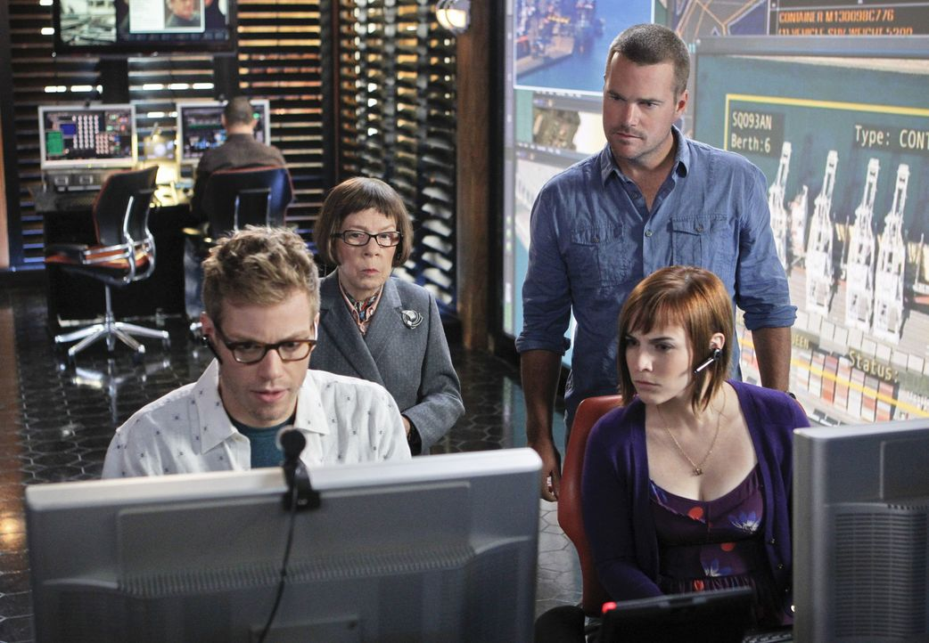 Um ihre Kollegen Deeks und Sam zu retten, versuchen Callen (Chris O'Donnell, r.), Hetty (Linda Hunt, 2.v.l.), Eric (Barrett Foa, l.) und Nell (Renée... - Bildquelle: CBS Studios Inc. All Rights Reserved.