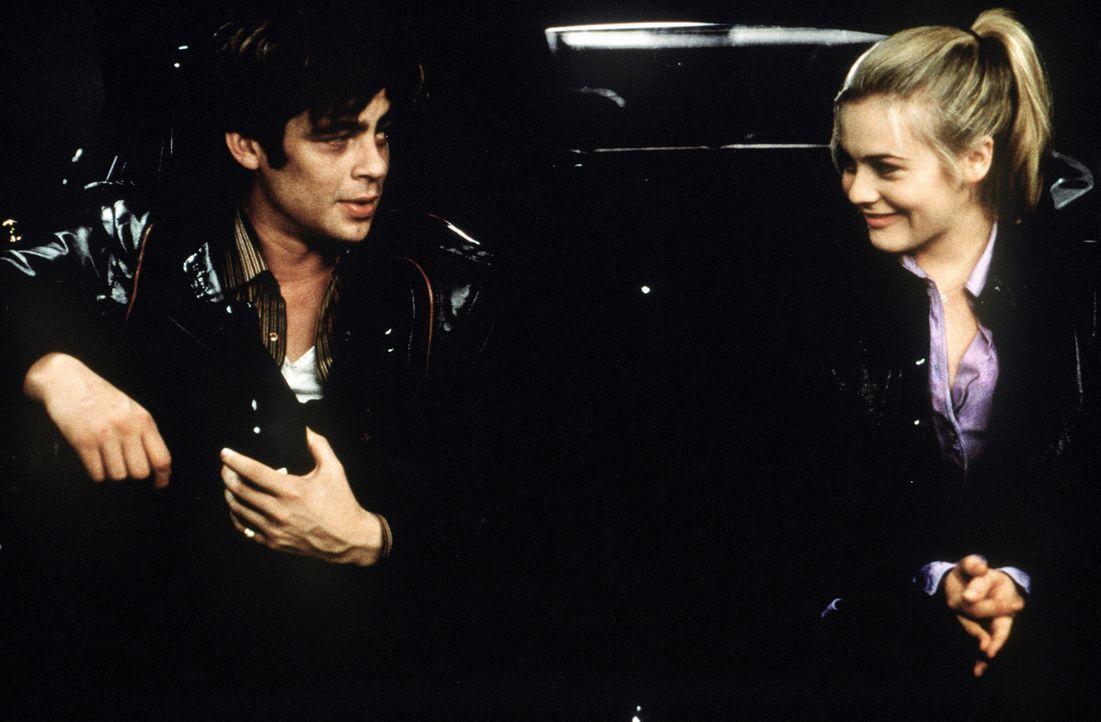Nicht ahnend, dass Emily (Alicia Silverstone, r.) im Kofferraum des gestohlenen Autos hockt, fährt Vincent (Benicio Del Toro, l.) bei seinen Gauner... - Bildquelle: Columbia Pictures
