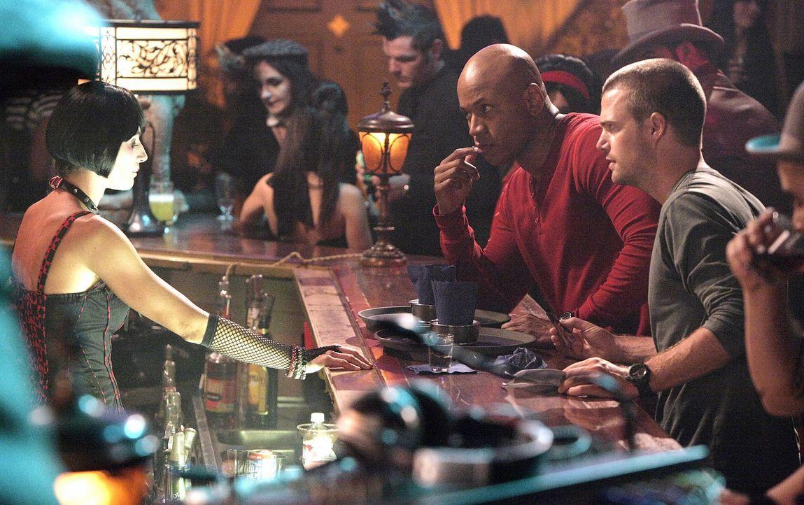 Nachdem Abby in einem Goth-Club entführt wurde, suchen Callen (Chris O'Donnell, r.) und Sam (LL Cool J, l.) dort nach Hinweisen. Doch werden sie Abb... - Bildquelle: CBS Studios Inc. All Rights Reserved.