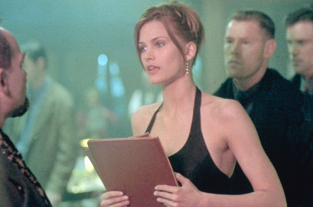 Alains einzige Verbündete ist die Bardame Alex (Natasha Henstridge, M.) ... - Bildquelle: Sony Pictures Television International. All Rights Reserved.