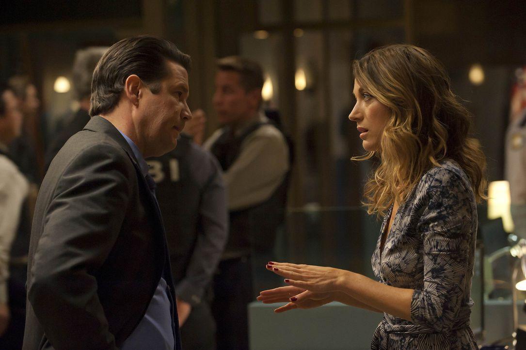 Gary (William Ragsdale, l.) stürmt wutentbrannt ins Revier, als er erfahren hat, dass Winona (Natalie Zea, r.) nur knapp einem Anschlag entgangen i...