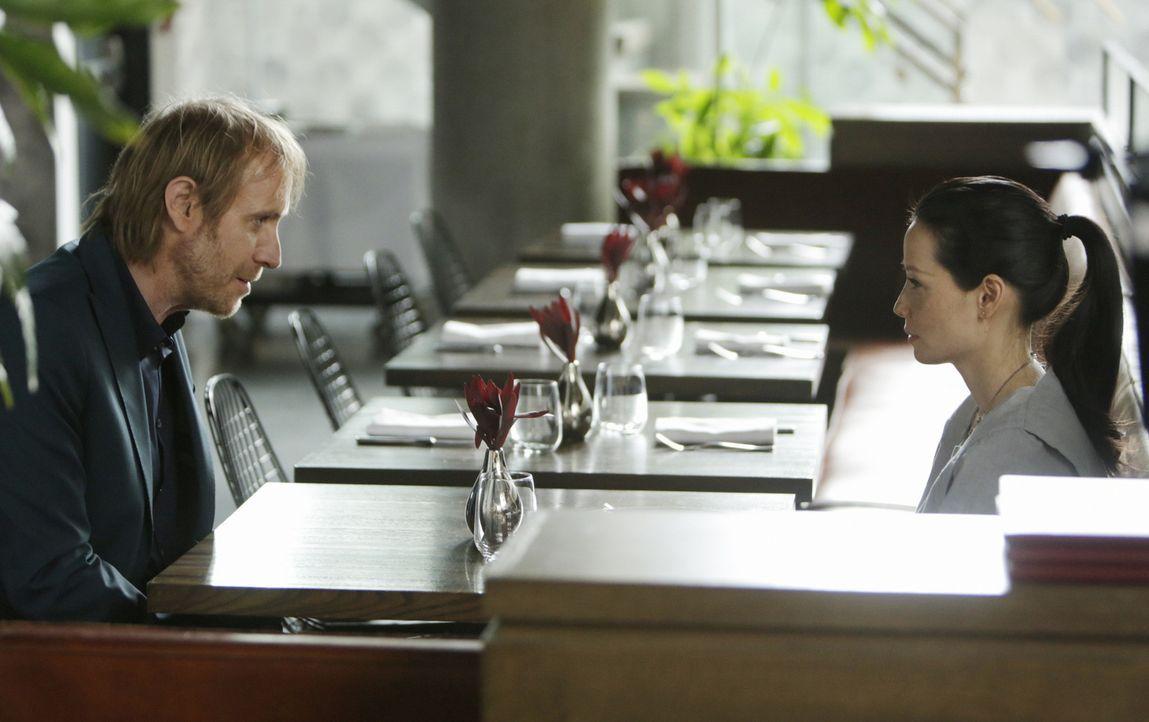 Ein wenig umständlich versucht Holmes' Bruder Mycroft (Rhys Ifans, l.) Joan (Lucy Liu, r.) nahezubringen, dass er sich eine Beziehung mit ihr wünsch... - Bildquelle: CBS Television