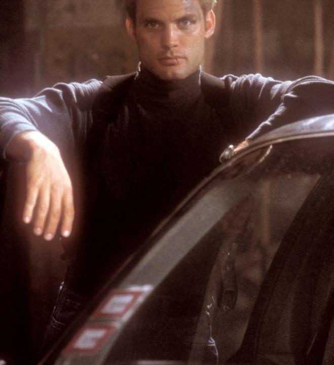 Am liebsten würde sich Connor Spears (Casper Van Dien) aus dem Fall heraushalten, doch seine Gefühle zu Kim sind stärker ... - Bildquelle: 2000  MUSE PRODUCTIONS (TRACKER) INC.