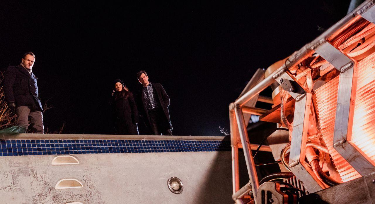 Holmes (Jonny Lee Miller, l.) und Watson (Lucy Liu, M.) übernehmen einen ungewöhnlichen Fall: Der Bruder von Henry Baskerville (Tom Everett Scott, r... - Bildquelle: Michael Parmelee 2016 CBS Broadcasting Inc. All Rights Reserved.