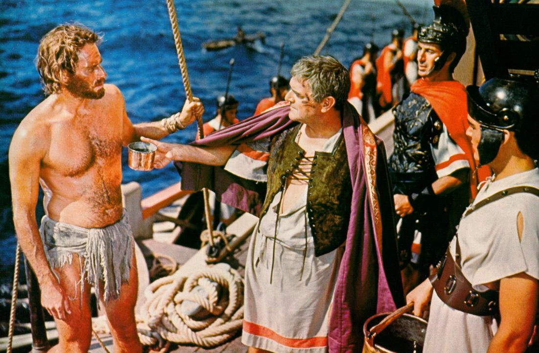 Der römische Feldherr Quintus Arrius (Jack Hawkins, M.) dankt Ben Hur (Charlton Heston, l.), seinem Lebensretter ... - Bildquelle: Metro-Goldwyn-Mayer (MGM)