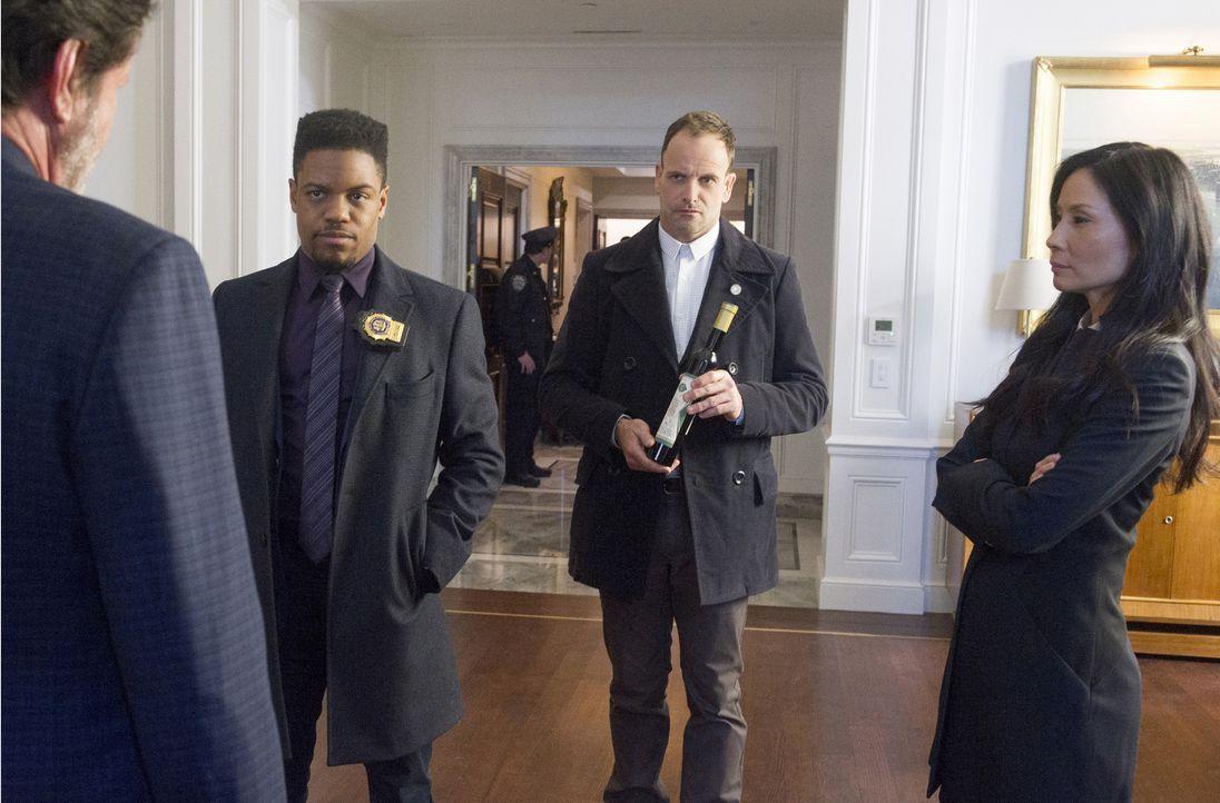 (v.l.n.r.) Dtective Marcus Bell (Jon Michael Hill); Sherlock Holmes (Jonny Lee Miller); Dr. Watson (Lucy Liu) - Bildquelle: Jeff Neira 2017 CBS Television. All Rights Reserved/Jeff Neira