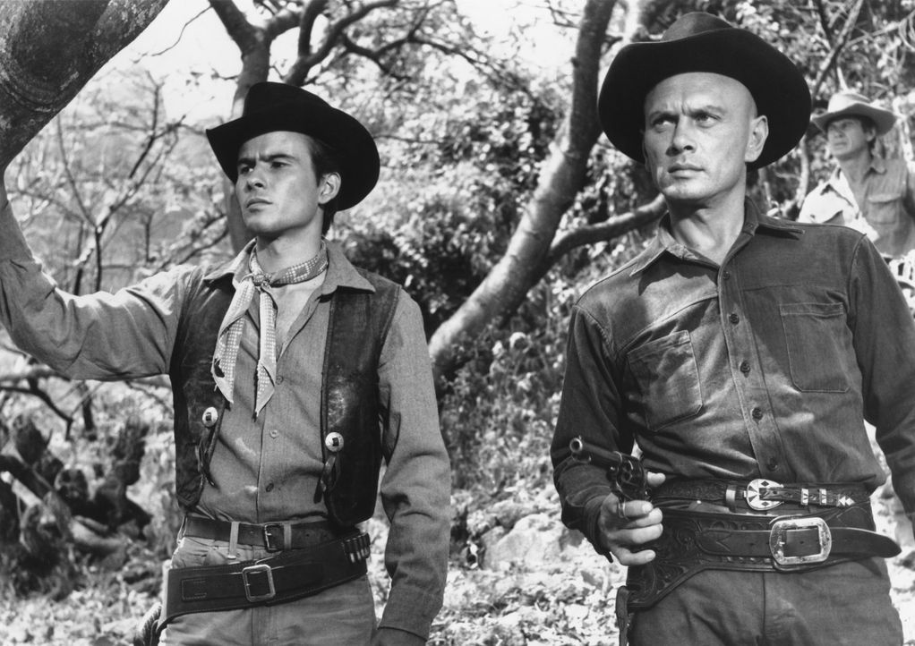 Wird der Bandit Calvera wieder angreifen? Der Cowboy Chris Adams (Yul Brynner, r.) und der junge Chico (Horst Buchholz, l.) legen sich auf die Lauer... - Bildquelle: 1960 METRO-GOLDWYN-MAYER STUDIOS INC. All Rights Reserved.