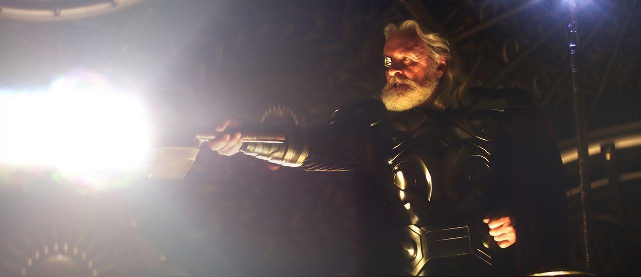 Als amtierender König demonstriert Odin (Anthony Hopkins) seine Macht und verspricht, dem ersten Würdigen die Mächte seines Sohns Thor zu geben.  Fü... - Bildquelle: 2011 MVLFFLLC. TM &   2011 Marvel. All Rights Reserved.