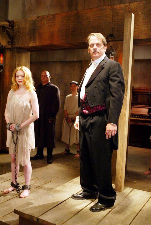 Paige (Rose McGowan, l.) erfährt  von Larrys Geist, dass er einen Pakt mit dem Dämon Zahn (Keith Szarabajka, r.) geschlossen hat ... - Bildquelle: Paramount Pictures.
