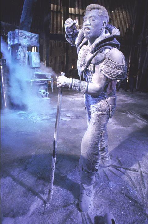 Einst eingefroren wegen seiner Untaten, taut der Gangster Simon Phoenix (Wesley Snipes) im Jahre 2023 wieder, und schwört blutige Rache ... - Bildquelle: Warner Brothers International Television Distribution Inc.
