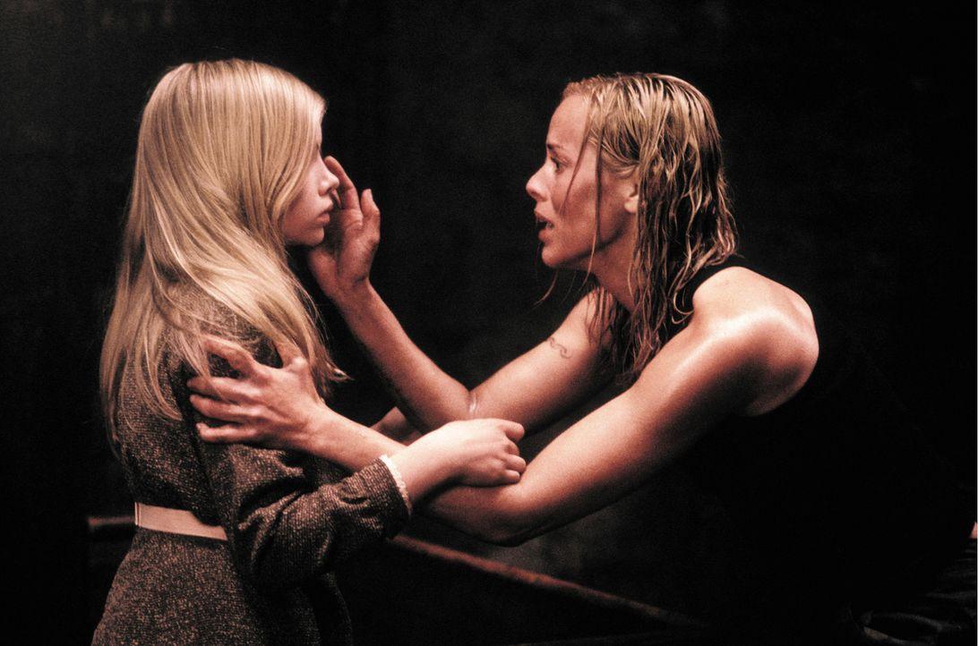 Als urplötzlich Ebrill (Abigail Stone, l.) auf dem Landsitz auftaucht, weiß Adelle (Maria Bello, l.) sofort, dass das Mädchen auf  geheimnisvolle... - Bildquelle: Constantin Film