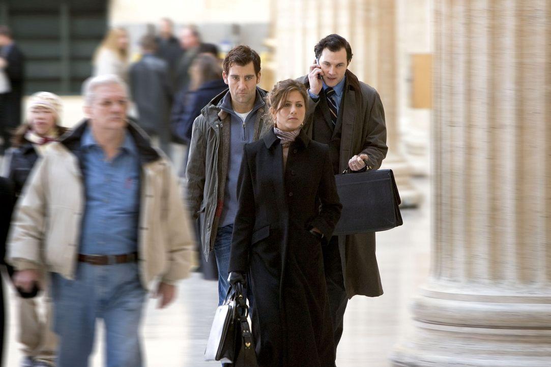 Während einer Bahnfahrt lernt der Werbefachmann Charles (Clive Owen, l.) die attraktive Lucinda Harris (Jennifer Aniston, r.) kennen. Noch ahnt er... - Bildquelle: Bill Kaye, Chuck Hodes, Ollie Upton Miramax Films All rights reserved