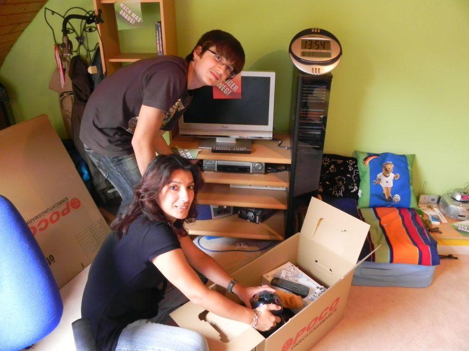Arzthelferin Melanie (vorne) hilft ihrem Sohn Kevin (hinten) endlich sein Zimmer zu entrümpeln. - Bildquelle: kabel eins
