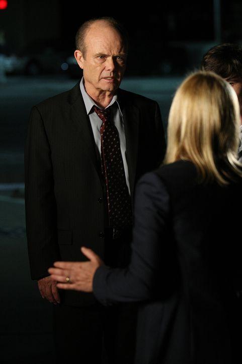 Allison (Patricia Arquette, r.) steht einem schwierigen Fall gegenüber. Als sie Gefahr läuft, einen Unschuldigen zu verdächtigen, taucht plötzlich A... - Bildquelle: Paramount Network Television