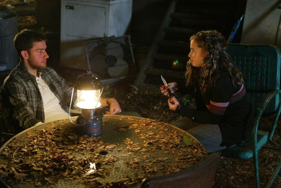 Ist Daisy Thorpe (Ashley Rose, r.) auch davon überzeugt, dass Curtis Horn (John Krasinski, l.) etwas mit dem Verschwinden des Teenagers zu tun hat? - Bildquelle: Warner Bros. Entertainment Inc.