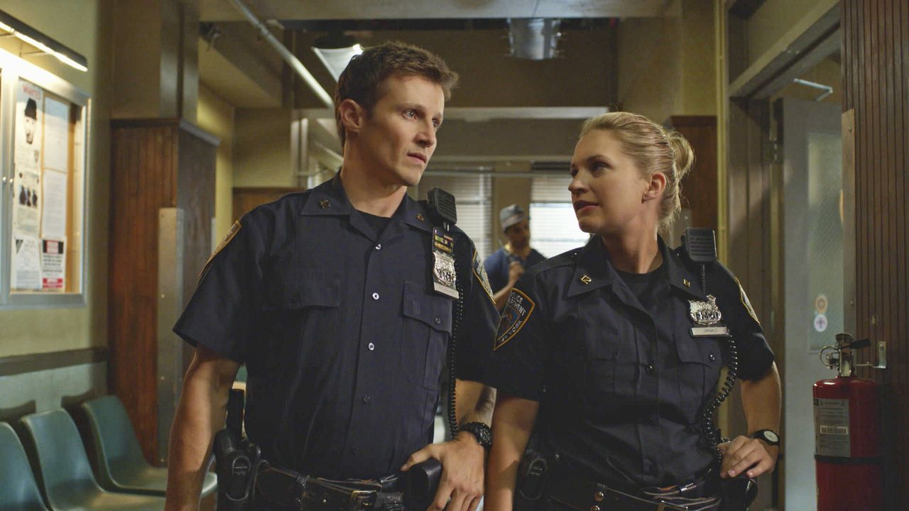 Die Aussage einer Polizistin über ihren Partner beeinflusst auch Eddie (Vanessa Ray, r.) und Jamie (Will Estes, l.). Unterdessen trifft Erin ihren L... - Bildquelle: 2014 CBS Broadcasting Inc. All Rights Reserved.