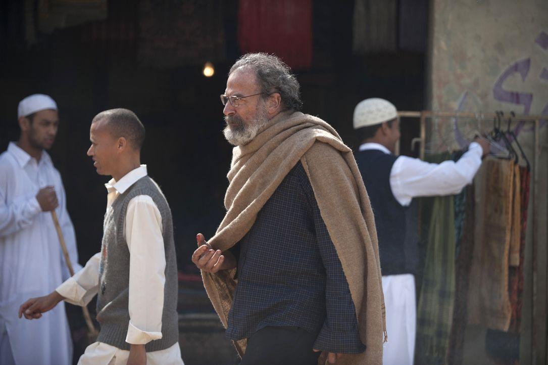Saul (Mandy Patinkin) gelingt die Flucht aus den Fängen von Haqqani. Doch bedeutet dies, dass er außer Lebensgefahr ist? - Bildquelle: Homeland   2014 Twentieth Century Fox Film Corporation
