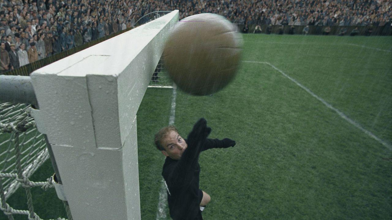 Die deutsche Fußballauswahl um ihren Torhüter Toni Turek (Jo Stock) hat es überraschend bis ins WM-Endspiel geschafft! Doch da warten die überm - Bildquelle: Senator Film