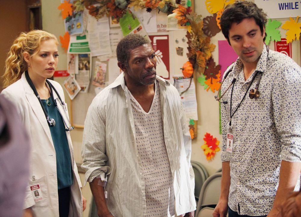 Kate (Rachelle LeFevre, l.) und Zeke (Rhys Coiro, r.) haben Dennis Jones (Vondie Curtis Hall, M.), der an akutem Atemversagen gelitten hat, behandel... - Bildquelle: 2011 CBS BROADCASTING INC. ALL RIGHTS RESERVED